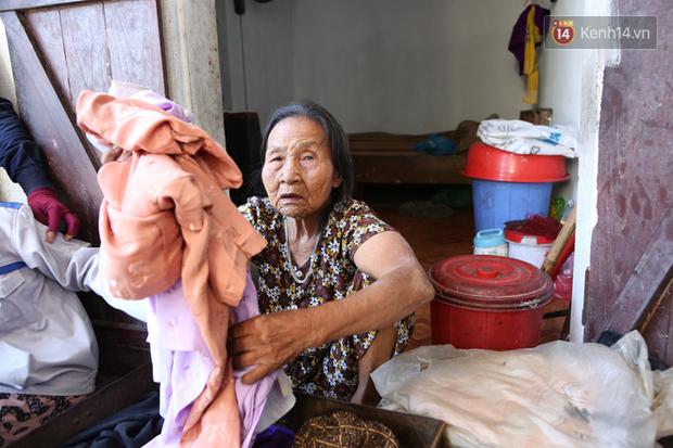 Gặp cụ bà lưng còng cõng bao quần áo, mì tôm ủng hộ người dân miền Trung: Hơn 200.000 đồng/tháng tôi ăn tiêu xả láng, giúp được phần nào hay phần đó - Ảnh 9.