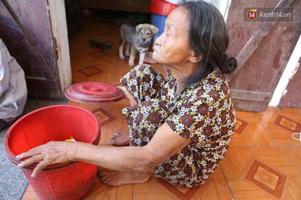 Gặp cụ bà lưng còng cõng bao quần áo, mì tôm ủng hộ người dân miền Trung: Hơn 200.000 đồng/tháng tôi ăn tiêu xả láng, giúp được phần nào hay phần đó - Ảnh 10.