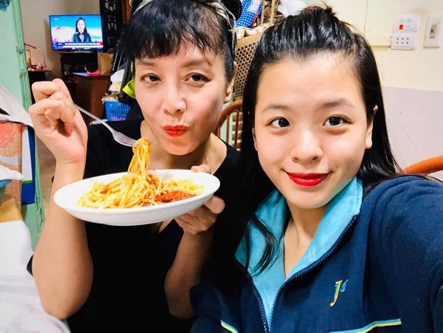 Hồng Khanh cực khác khi làm con gái của mẹ Chiều Xuân và ảnh trên Instagram, bạn đã xem chưa? - Ảnh 1.