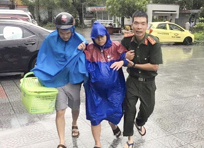 Những câu chuyện cảm động trong mưa lũ - Ảnh 2.