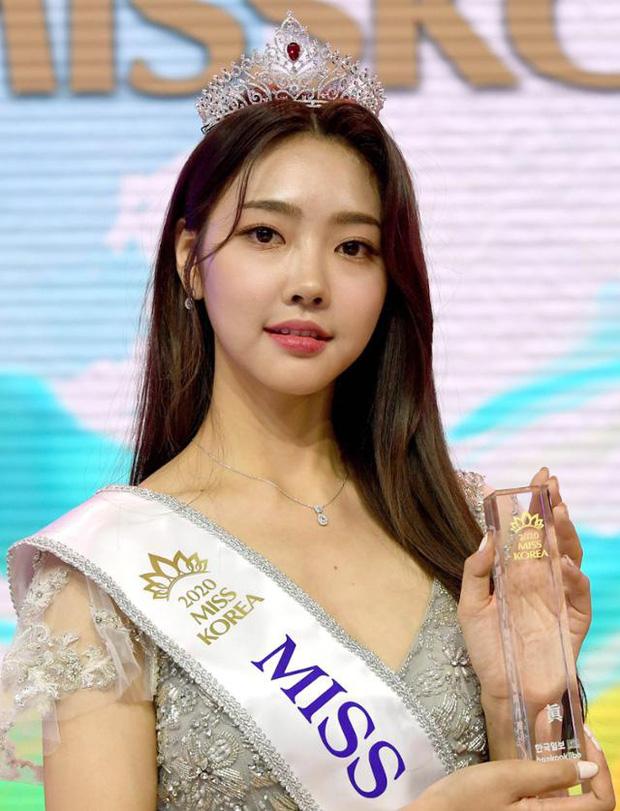 Cuộc thi Hoa hậu Hàn Quốc lạ đời nhất lịch sử: Phông nền hội chợ, Hoa hậu ỉu xìu khi nhận giải, dàn thí sinh trình diễn như idol Kpop - Ảnh 1.