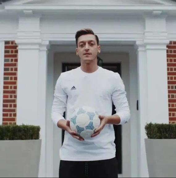 Đây! Lý do Mesut Ozil kiên quyết không rời Arsenal - Ảnh 2.