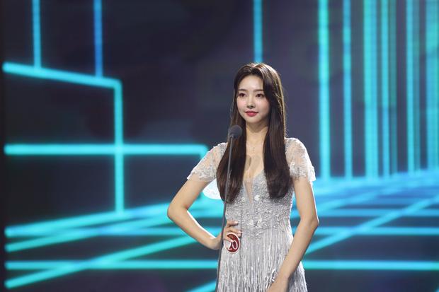Cuộc thi Hoa hậu Hàn Quốc lạ đời nhất lịch sử: Phông nền hội chợ, Hoa hậu ỉu xìu khi nhận giải, dàn thí sinh trình diễn như idol Kpop - Ảnh 3.