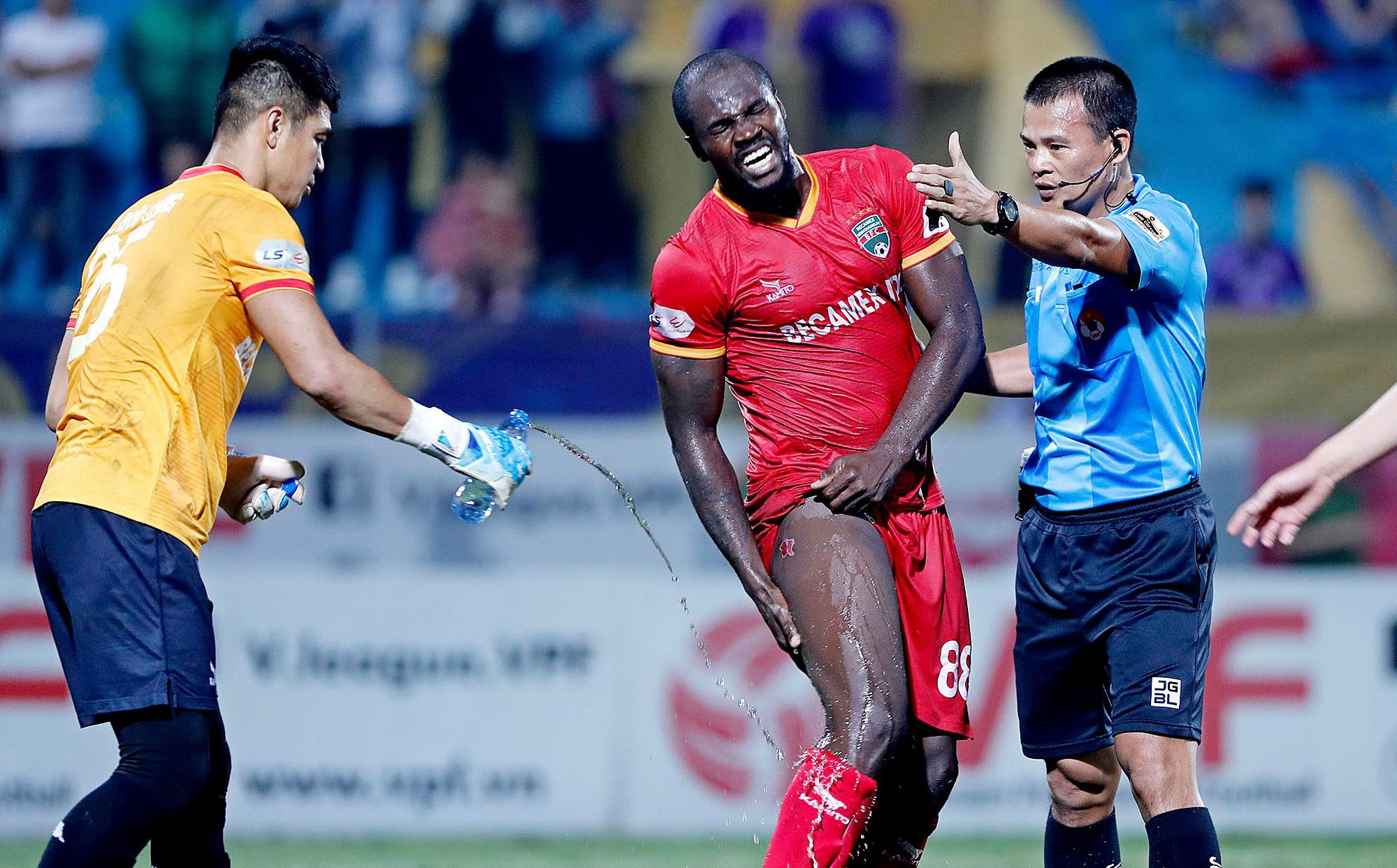 Hậu vệ châu Phi dính vết thương rợn người trong nỗ lực ngăn Hà Nội FC đua vô địch