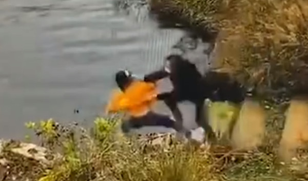 Bất ngờ ngã xuống hồ khi đang cột dây giày, người phụ nữ níu theo bạn thân khiến cả 2 chết thảm, chân tướng đằng sau khiến ai cũng hoảng sợ - Ảnh 2.