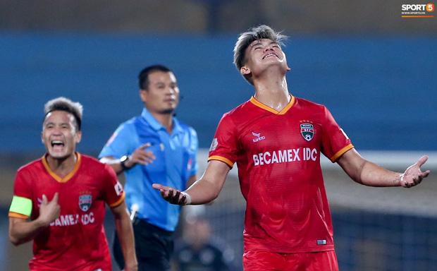 Quang Hải đòi trọng tài rút thẻ phạt cho bạn cũ ở U23 Việt Nam sau pha phạm lỗi nguy hiểm - Ảnh 3.