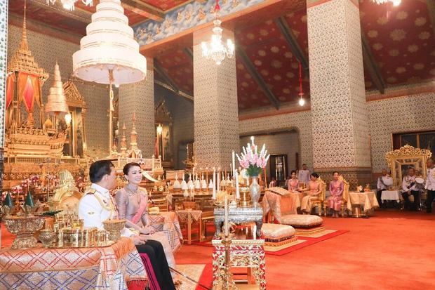 Hoàng quý phi Thái Lan tái xuất thu hút sự chú ý: Lặng lẽ nhìn Quốc vương và Hoàng hậu dự sự kiện rồi có hoạt động riêng đầy nổi bật - Ảnh 3.