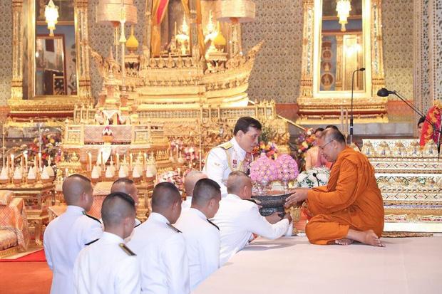 Hoàng quý phi Thái Lan tái xuất thu hút sự chú ý: Lặng lẽ nhìn Quốc vương và Hoàng hậu dự sự kiện rồi có hoạt động riêng đầy nổi bật - Ảnh 4.