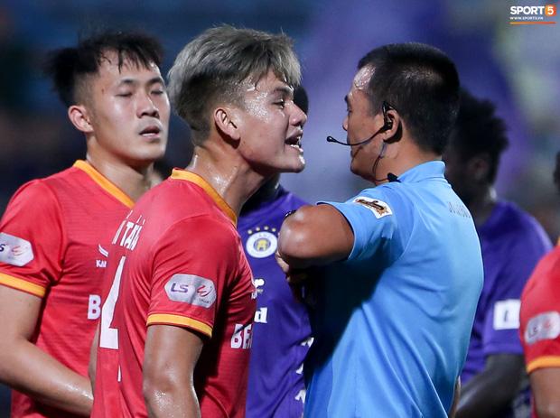 Quang Hải đòi trọng tài rút thẻ phạt cho bạn cũ ở U23 Việt Nam sau pha phạm lỗi nguy hiểm - Ảnh 5.