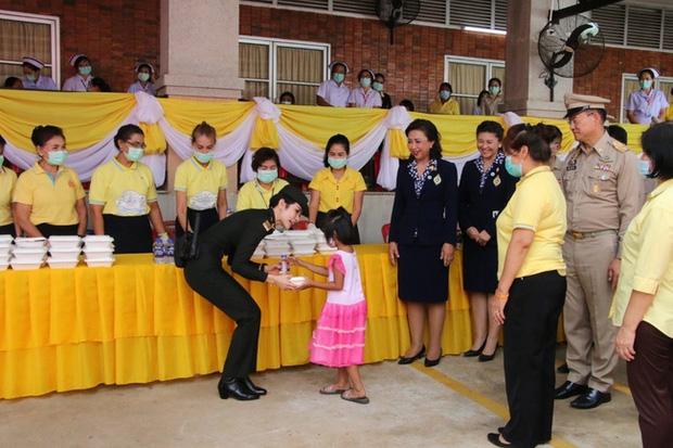 Hoàng quý phi Thái Lan tái xuất thu hút sự chú ý: Lặng lẽ nhìn Quốc vương và Hoàng hậu dự sự kiện rồi có hoạt động riêng đầy nổi bật - Ảnh 5.