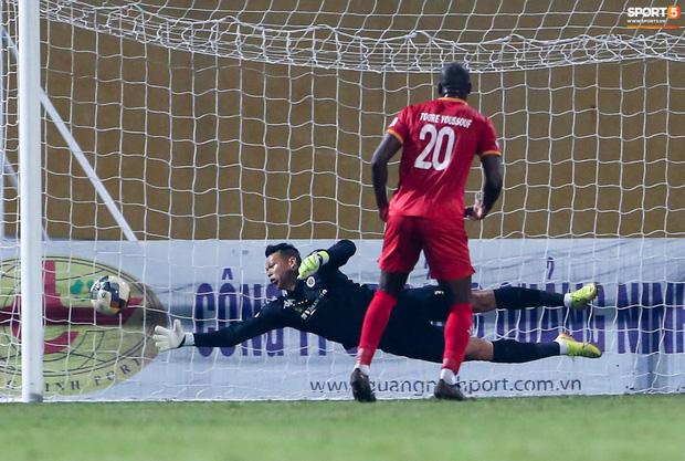 Quang Hải đòi trọng tài rút thẻ phạt cho bạn cũ ở U23 Việt Nam sau pha phạm lỗi nguy hiểm - Ảnh 10.