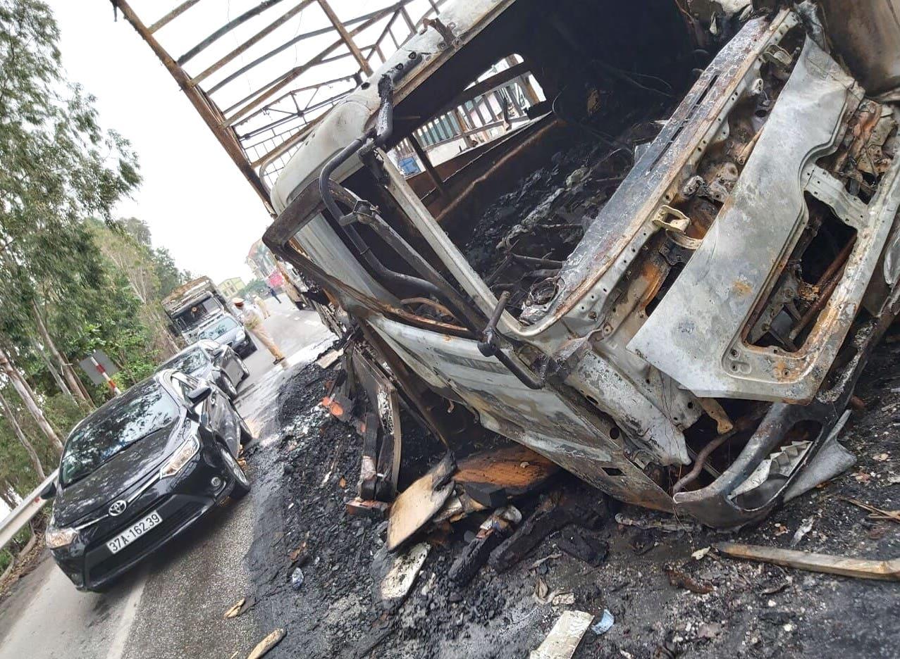 Tai nạn liên hoàn, xe container đấu đầu xe tải rồi 2 xe cháy trơ khung trên Quốc lộ 1A - Ảnh 4.