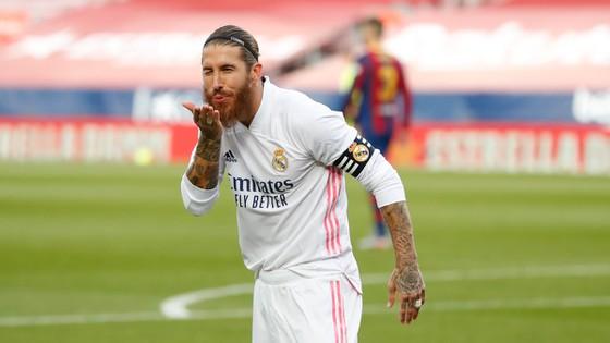 Barca khiếu nại: Chỉ có 6 quả phạt đền vì kéo áo trong 815 trận của VAR - Ảnh 1.