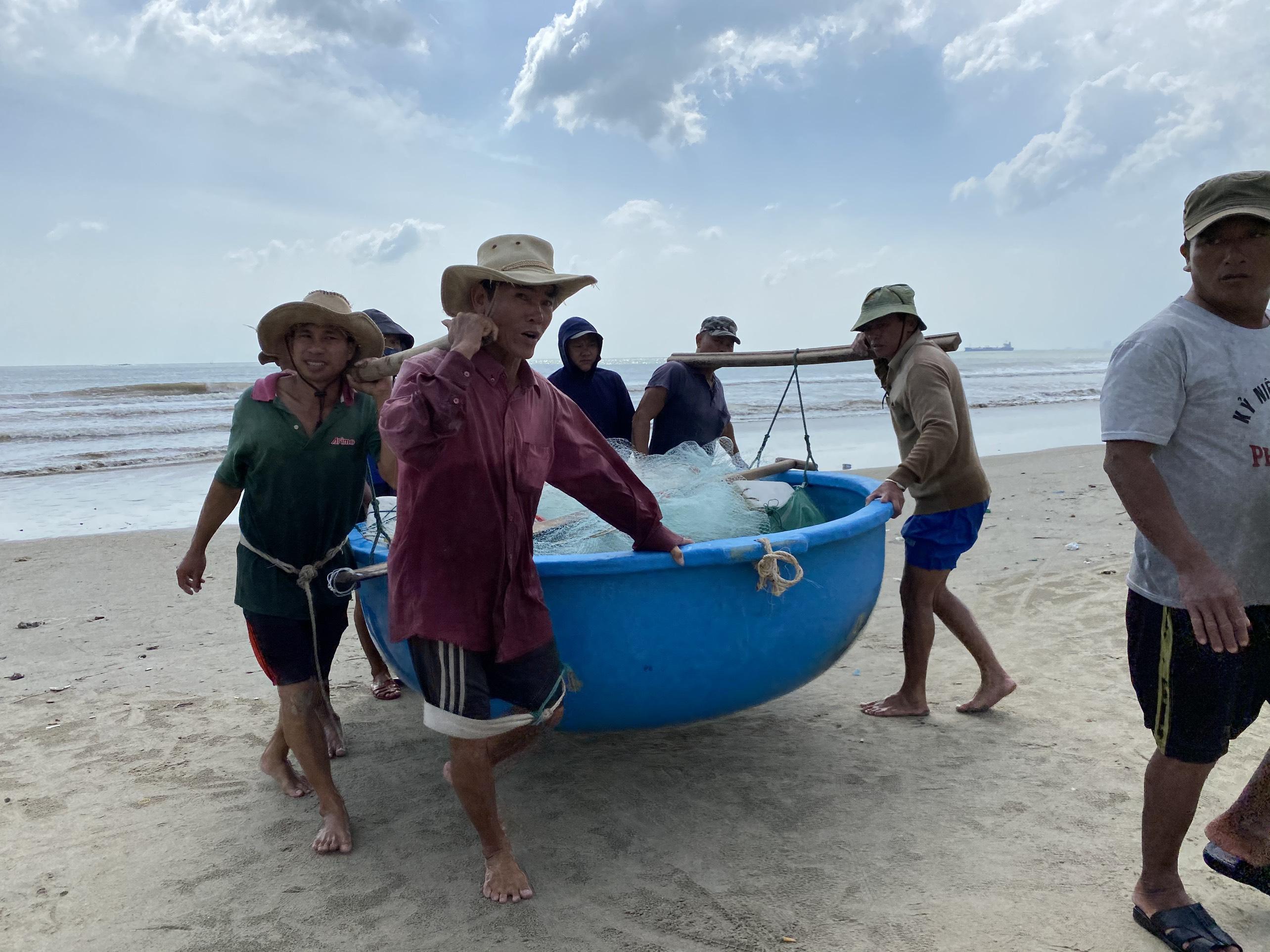 [Ảnh] Xe tải cẩu chở thuyền đến nơi an toàn, công an, bộ đội giúp người Đà Nẵng chằng chống nhà cửa đón bão số 9 - Ảnh 2.