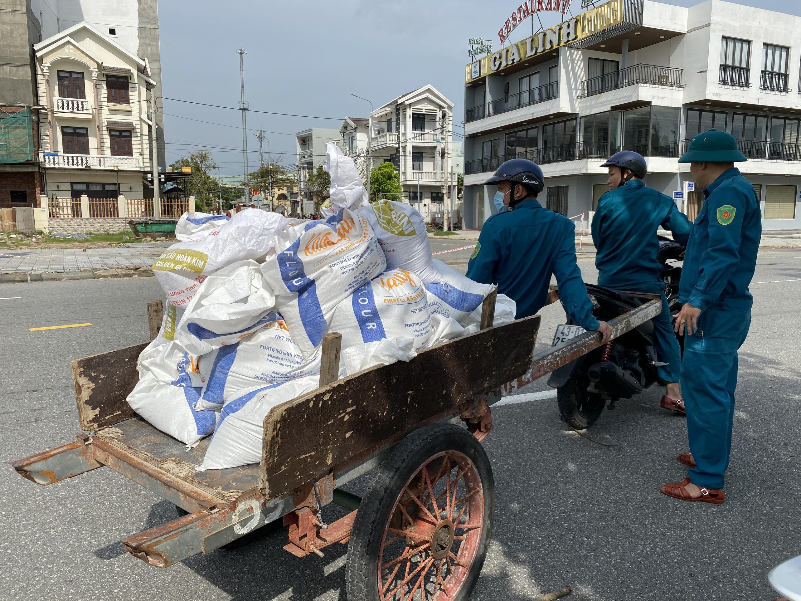 [Ảnh] Xe tải cẩu chở thuyền đến nơi an toàn, công an, bộ đội giúp người Đà Nẵng chằng chống nhà cửa đón bão số 9 - Ảnh 7.