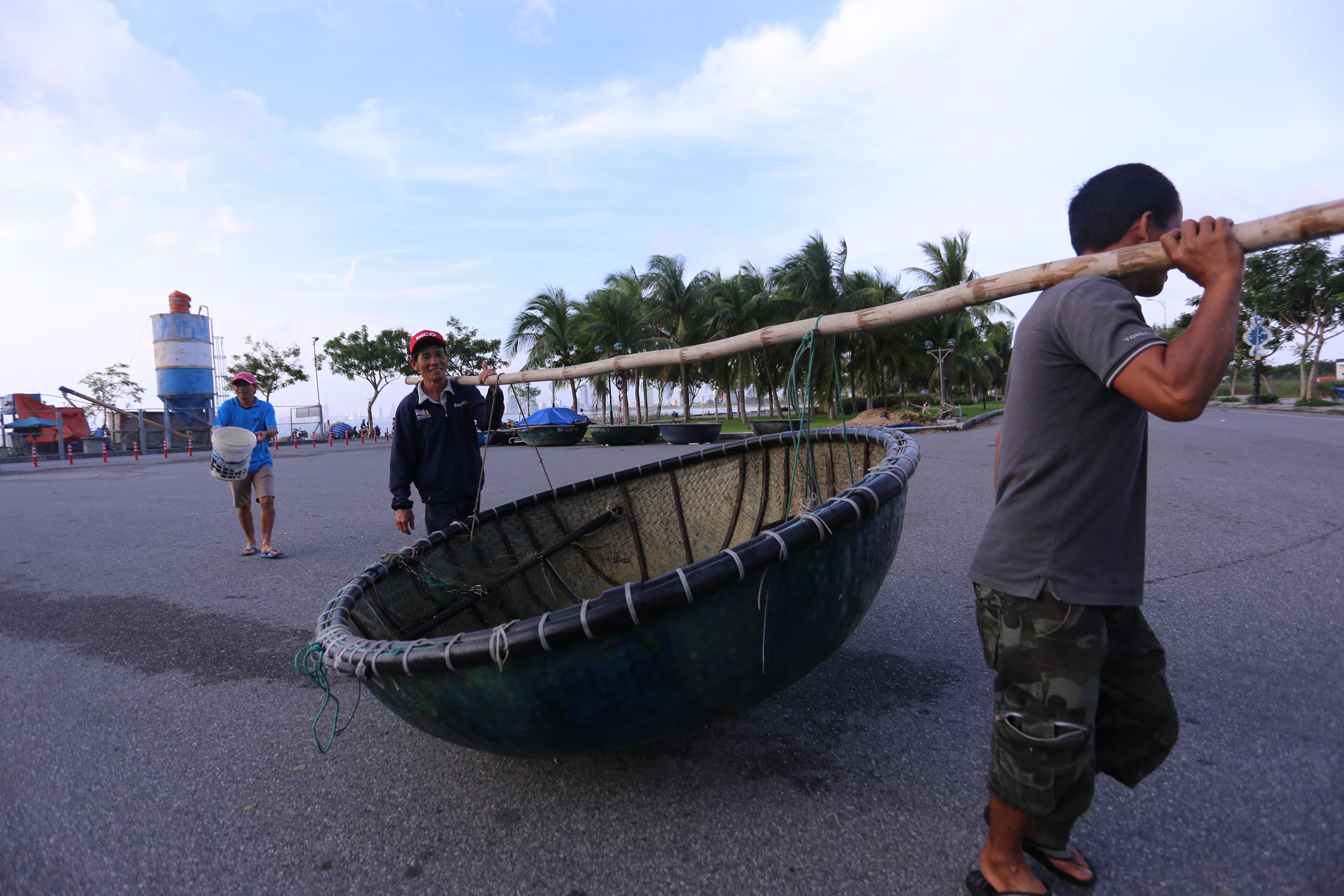 [Ảnh] Xe tải cẩu chở thuyền đến nơi an toàn, công an, bộ đội giúp người Đà Nẵng chằng chống nhà cửa đón bão số 9 - Ảnh 3.