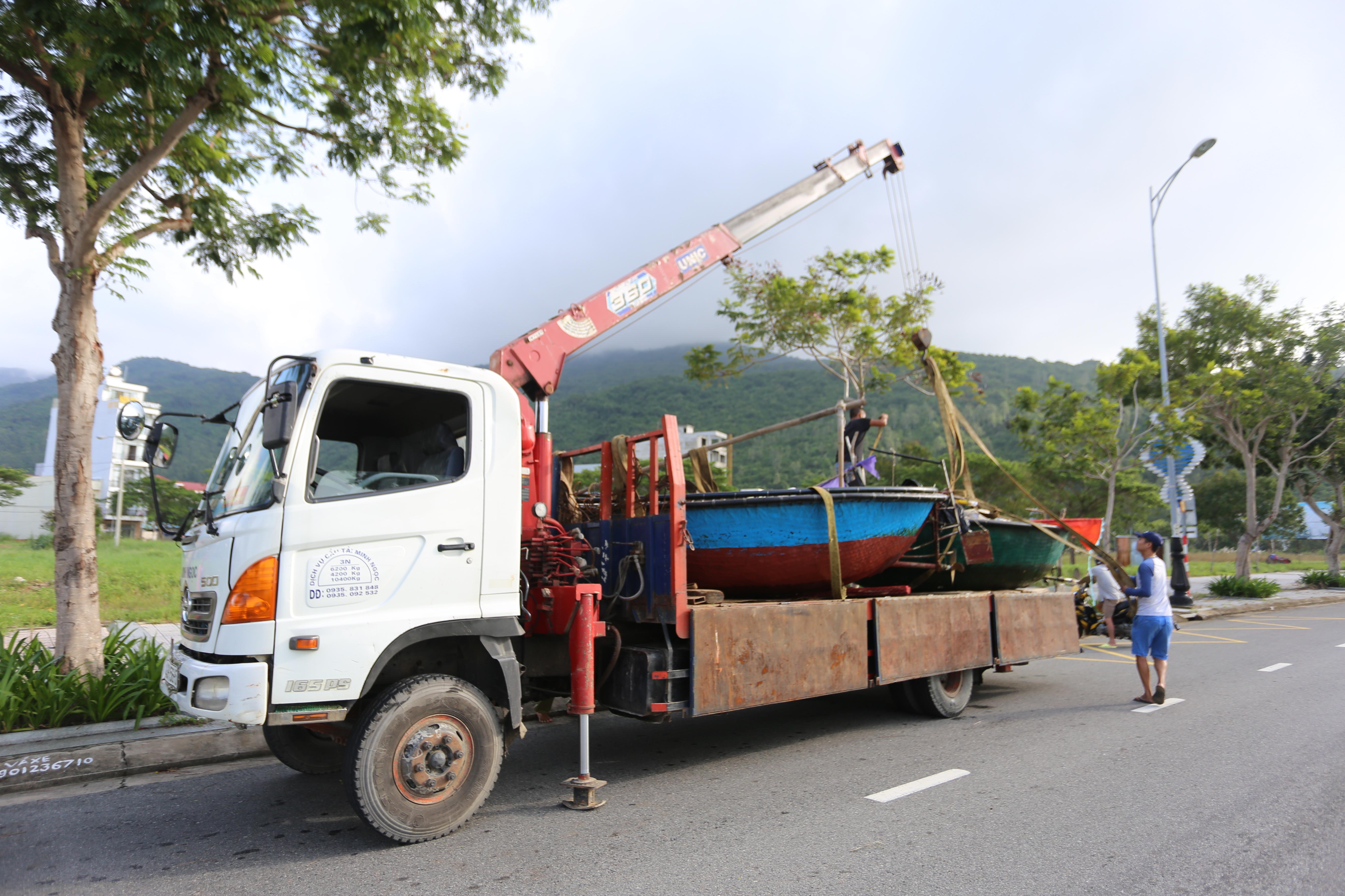[Ảnh] Xe tải cẩu chở thuyền đến nơi an toàn, công an, bộ đội giúp người Đà Nẵng chằng chống nhà cửa đón bão số 9 - Ảnh 4.
