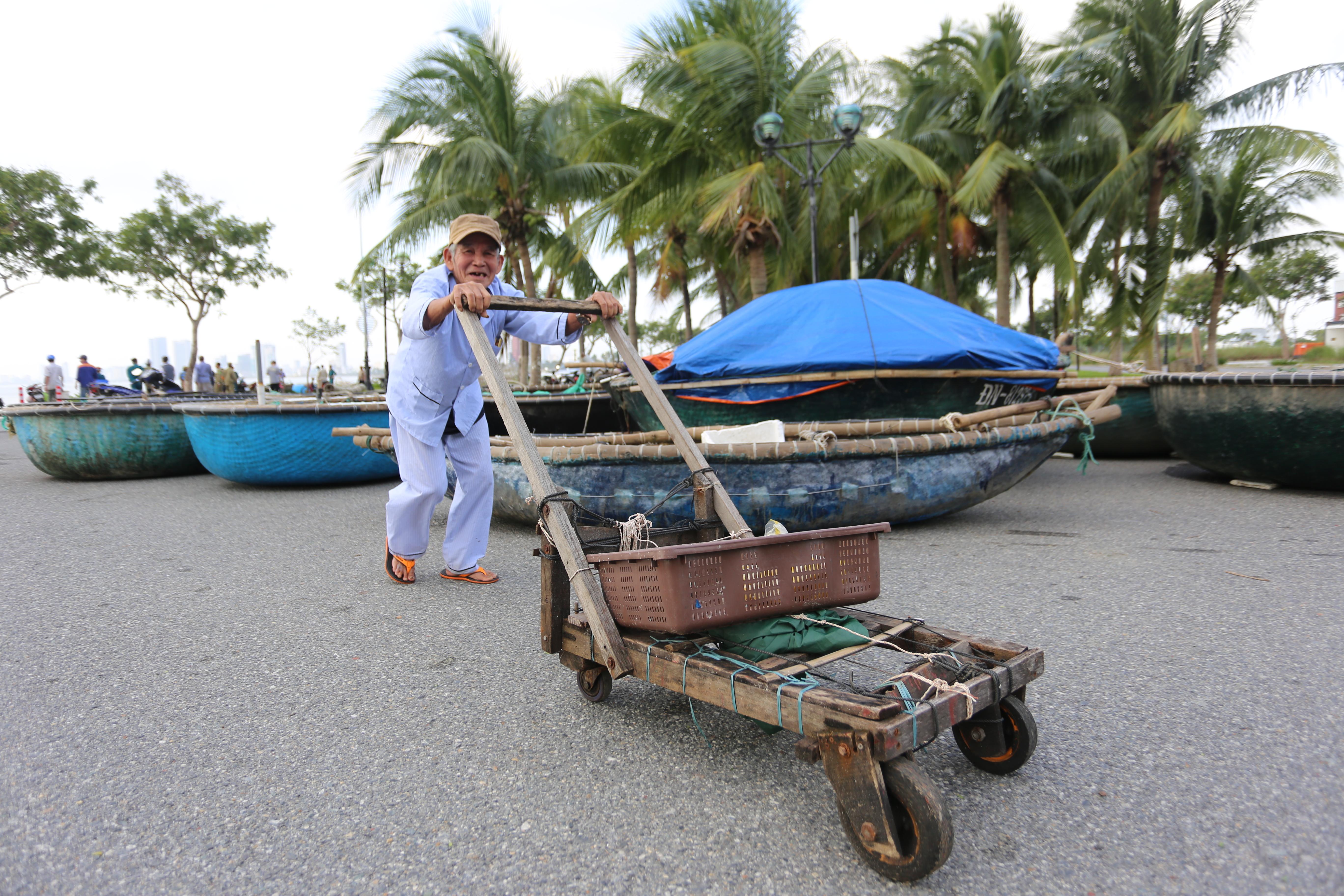 [Ảnh] Xe tải cẩu chở thuyền đến nơi an toàn, công an, bộ đội giúp người Đà Nẵng chằng chống nhà cửa đón bão số 9 - Ảnh 5.
