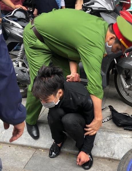 Nam thanh niên táo tợn cầm dao lao vào cướp tiệm vàng giữa ban ngày ở Hà Nội - Ảnh 2.