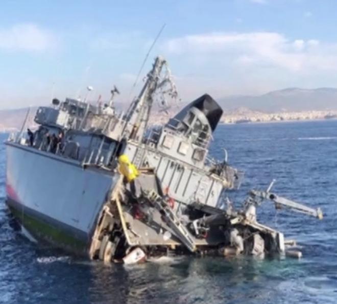 Tàu chiến Hi Lạp bị tàu hàng đâm gãy đôi - ảnh 1
