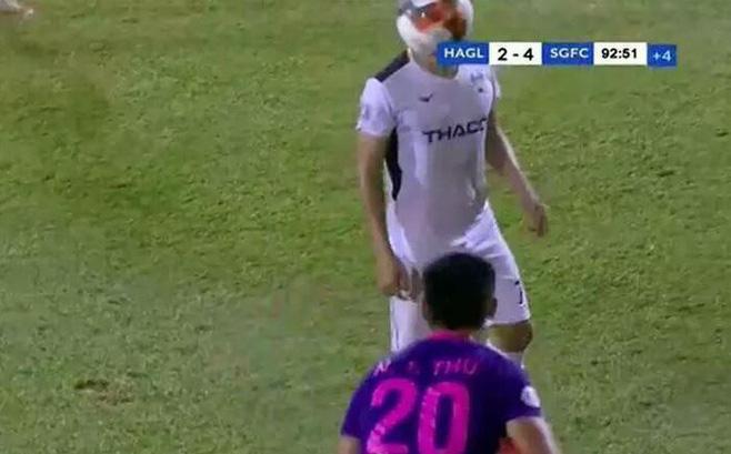 """Cầu thủ """"đạo đức nhất Sài Gòn FC"""" lên tiếng phân trần về quả ném biên trúng mặt Hồng Duy"""