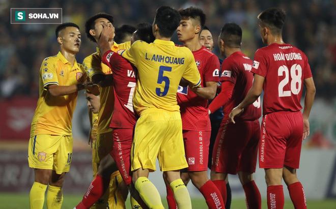 VFF treo giò cầu thủ ném bóng vào mặt Hồng Duy, thủ môn HAGL cũng dính án phạt nguội - Ảnh 2.