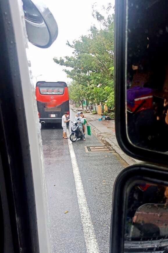 Đoàn ô tô mắc kẹt trên đường vì siêu bão số 9, người dân Huế đội mưa gió ra đường gõ cửa từng xe tiếp tế lương thực - Ảnh 2.