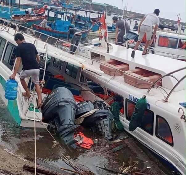 CẬP NHẬT BÃO SỐ 9: Cận cảnh gió bão mạnh giật bay mái tôn trường học ở Quảng Ngãi và bay mái nhà người dân ở Đà Nẵng - Ảnh 5.