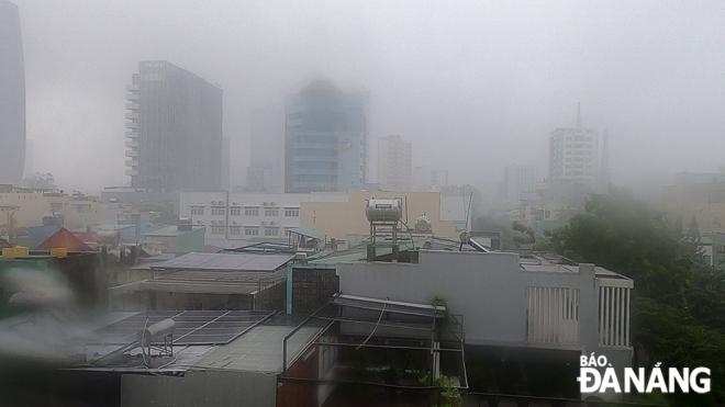 CẬP NHẬT BÃO SỐ 9: Cận cảnh gió bão mạnh giật bay mái tôn trường học và mái nhà người dân; Đà Nẵng sơ tán thêm 3.000 người - Ảnh 3.