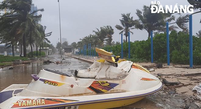 CẬP NHẬT BÃO SỐ 9: Cận cảnh gió bão mạnh giật bay mái tôn trường học và mái nhà người dân; Đà Nẵng sơ tán thêm 3.000 người - Ảnh 1.