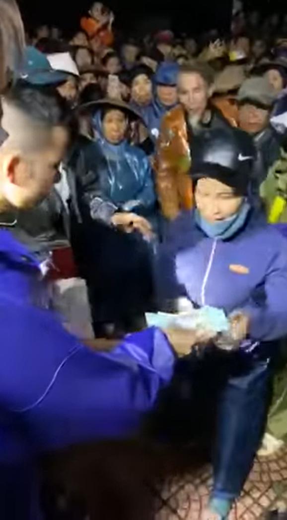 Thủy Tiên phát tiền mặt, người dân hò reo phấn chấn - Ảnh 2.