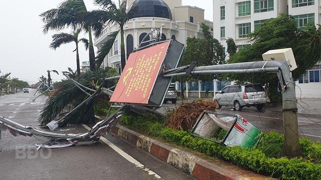 BÃO SỐ 9 ĐỔ BỘ: 2 cán bộ xã bị sạt lở vùi lấp, mất tích ở Quảng Nam; Gió bão mạnh giật bay mái tôn trường học, mái nhà dân - Ảnh 2.