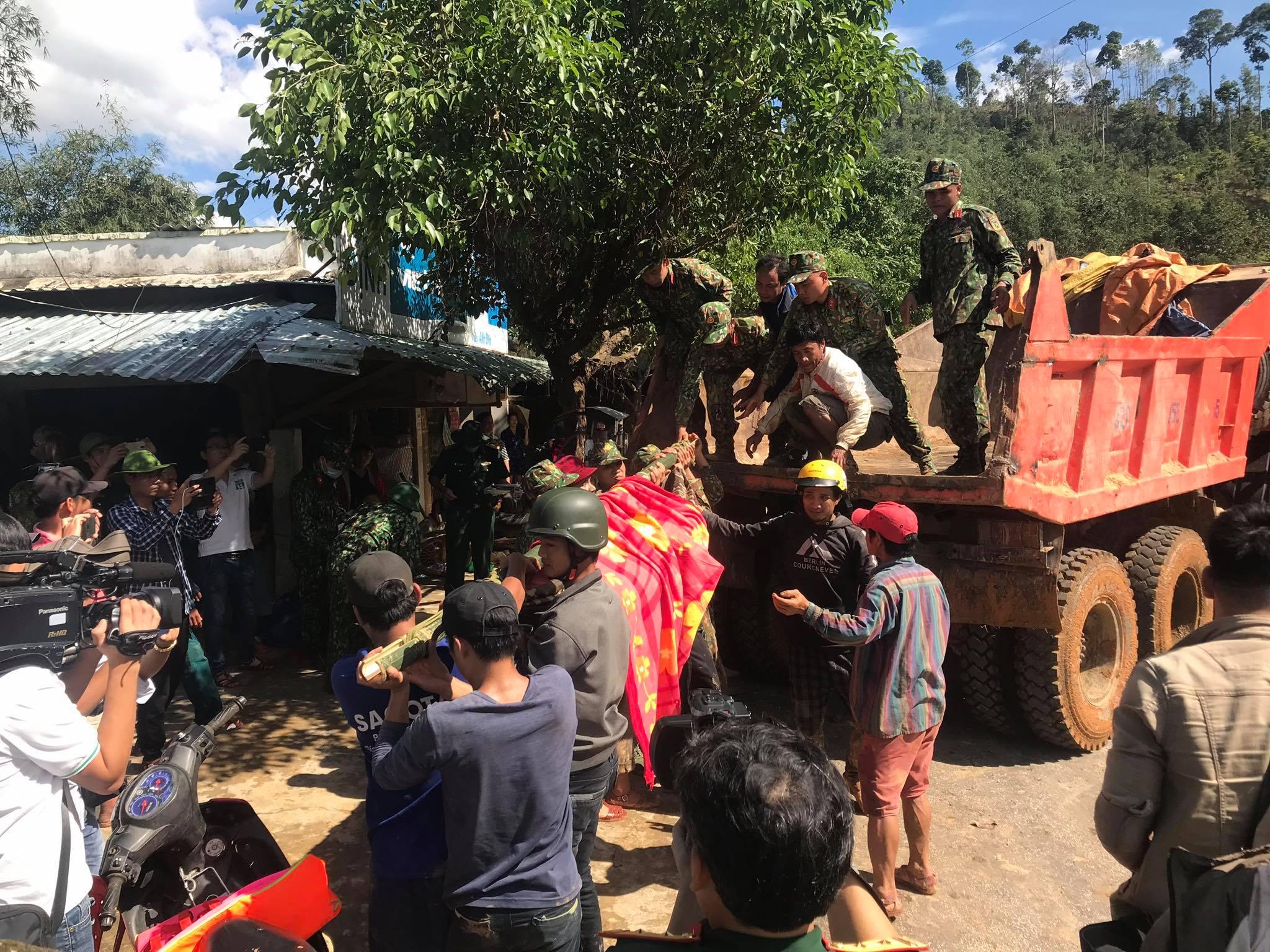 Ảnh cập nhật nóng từ hiện trường ở Trà Leng: 33 nạn nhân được đưa ra Quốc lộ bằng võng để cứu hộ y tế - Ảnh 1.
