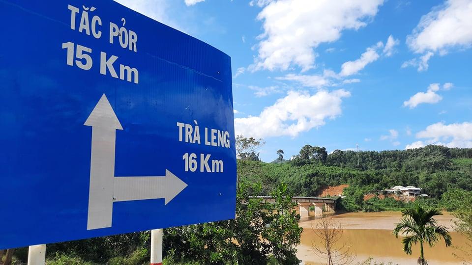 Ảnh cập nhật nóng từ hiện trường ở Trà Leng: 33 nạn nhân được đưa ra Quốc lộ bằng võng để cứu hộ y tế - Ảnh 11.
