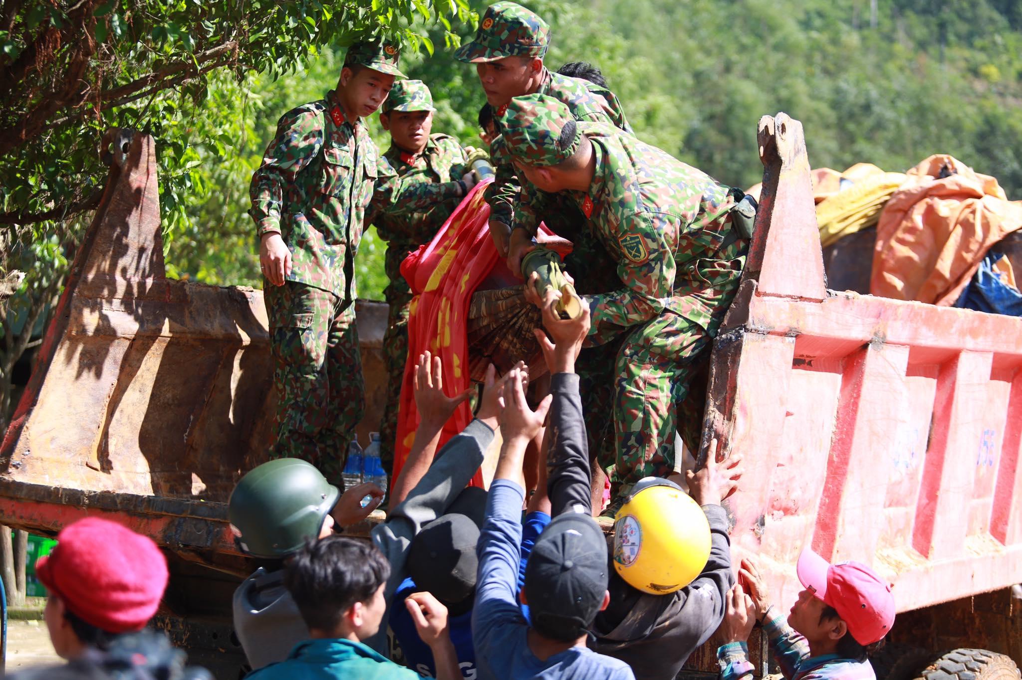 Ảnh cập nhật nóng từ hiện trường ở Trà Leng: 33 nạn nhân được đưa ra Quốc lộ bằng võng để cứu hộ y tế - Ảnh 10.
