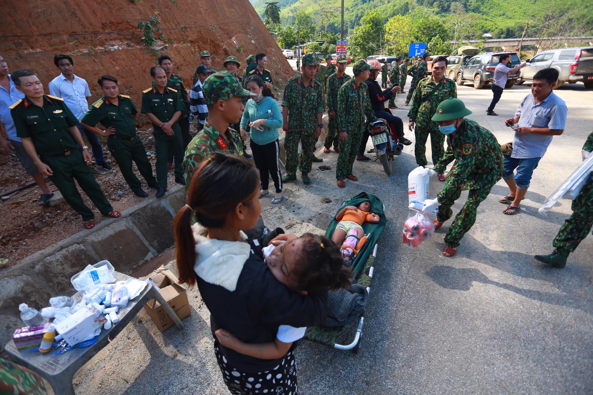 Ảnh cập nhật nóng từ hiện trường ở Trà Leng: 33 nạn nhân được đưa ra Quốc lộ bằng võng để cứu hộ y tế - Ảnh 2.