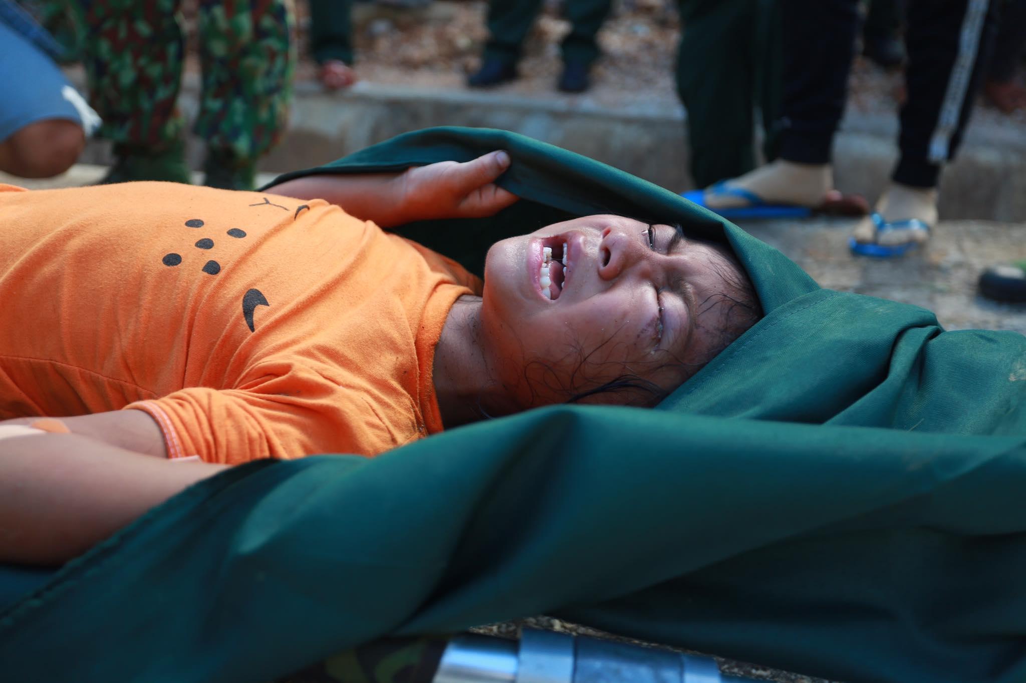 Ảnh cập nhật nóng từ hiện trường ở Trà Leng: 33 nạn nhân được đưa ra Quốc lộ bằng võng để cứu hộ y tế - Ảnh 6.