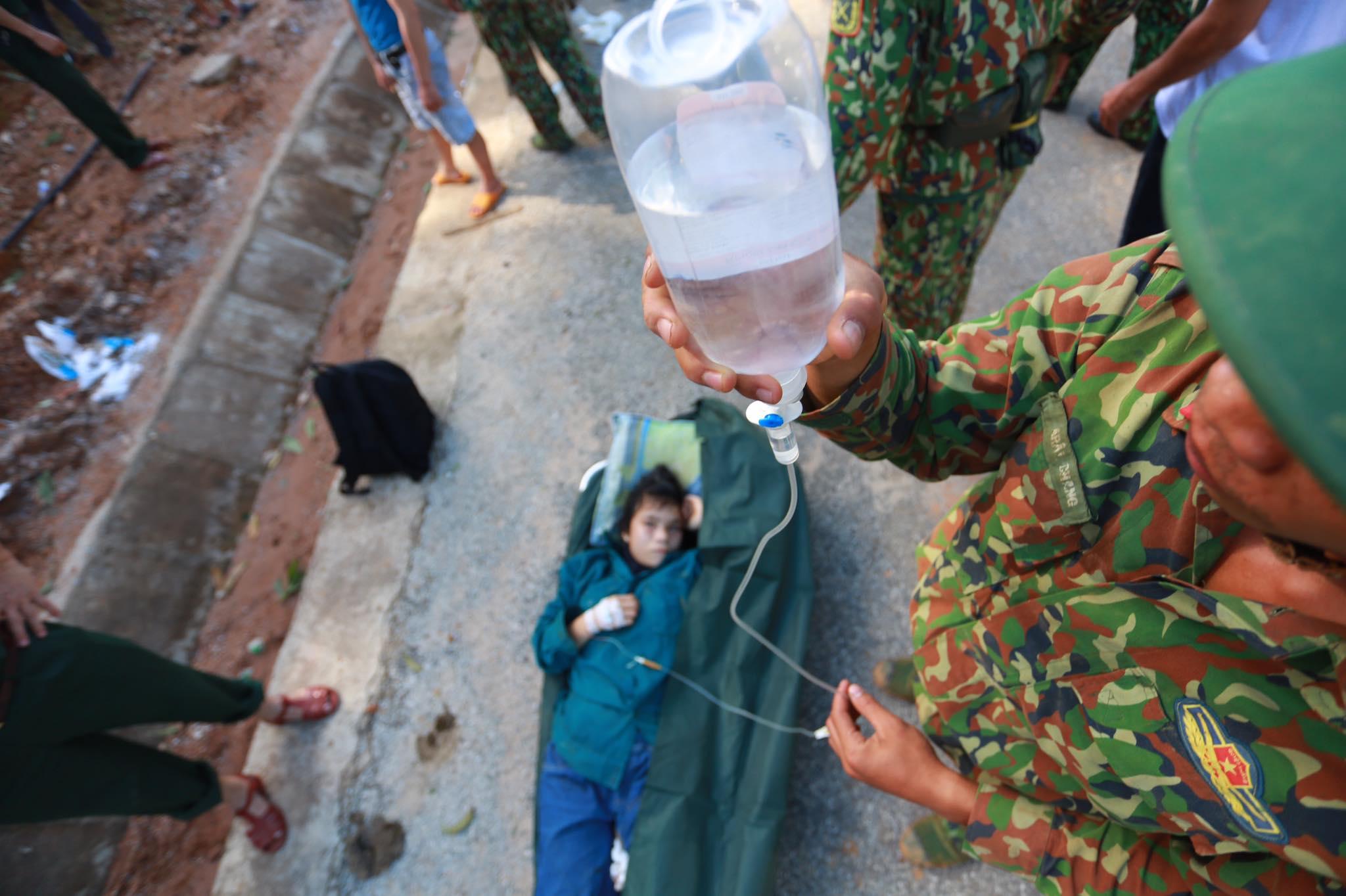 Ảnh cập nhật nóng từ hiện trường ở Trà Leng: 33 nạn nhân được đưa ra Quốc lộ bằng võng để cứu hộ y tế - Ảnh 7.