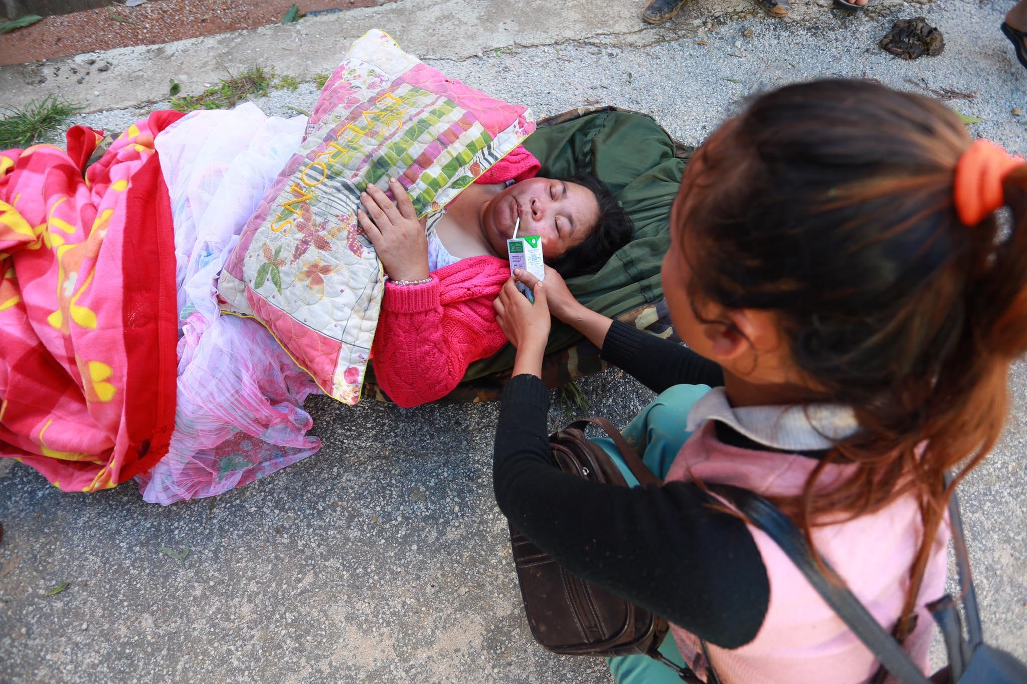 Ảnh cập nhật nóng từ hiện trường ở Trà Leng: 33 nạn nhân được đưa ra Quốc lộ bằng võng để cứu hộ y tế - Ảnh 8.
