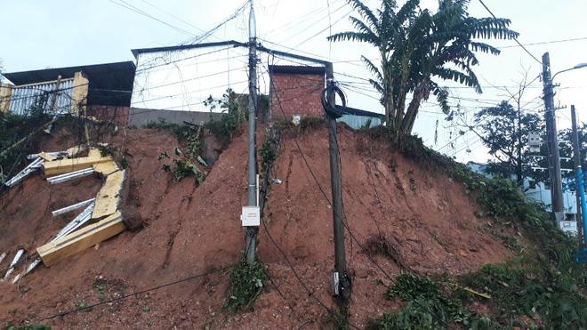 Thảm họa sau bão số 9: Đất đá đổ sập xuống một xóm, người dân đào bới tìm được 7 thi thể, chưa tìm thấy cháu bé lớp 5 - Ảnh 1.