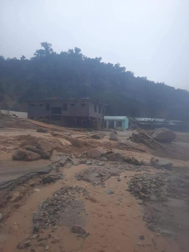 Hiện trường tìm kiếm nạn nhân bị vùi lấp trong thảm họa sạt lở ở Trà Leng, Nam Trà My - Ảnh 2.