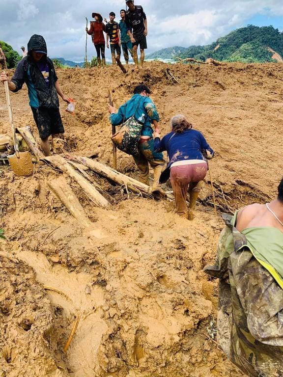 NÓNG: Lại thêm vụ sạt lở đất ở Quảng Nam khiến 11 người mất tích, đã tìm thấy 3 thi thể - Ảnh 1.