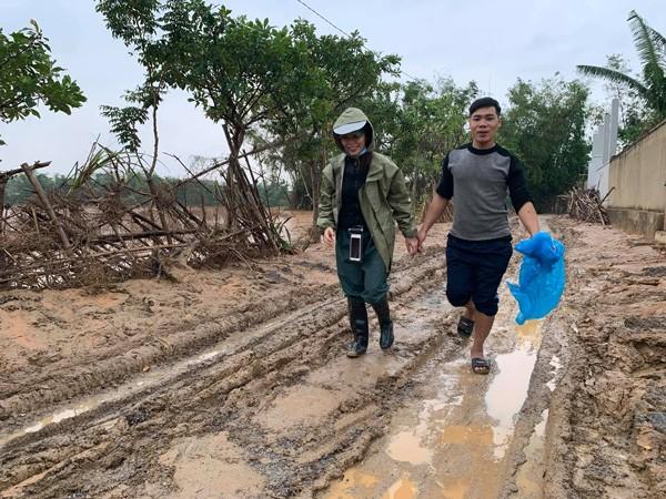 Lội bùn đi từ thiện, mẹ Hồ Ngọc Hà chia sẻ xúc động từ rốn lũ miền Trung - Ảnh 1.
