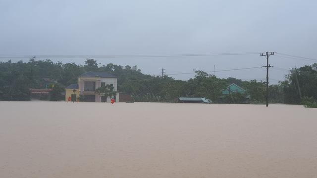 Liên đoàn Võ thuật tổng hợp Việt Nam cùng Báo Điện tử Tổ Quốc đưa ca nô cao tốc vào Quảng Bình cứu trợ người dân vùng lũ - Ảnh 2.