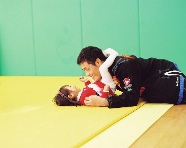 Bố Nhật cùng con gái bị bệnh tim bẩm sinh chiến đấu suốt 10 năm: Bố chẳng cần gì, chỉ cần con sống và 10.000 bức ảnh cảm động lòng người - Ảnh 1.