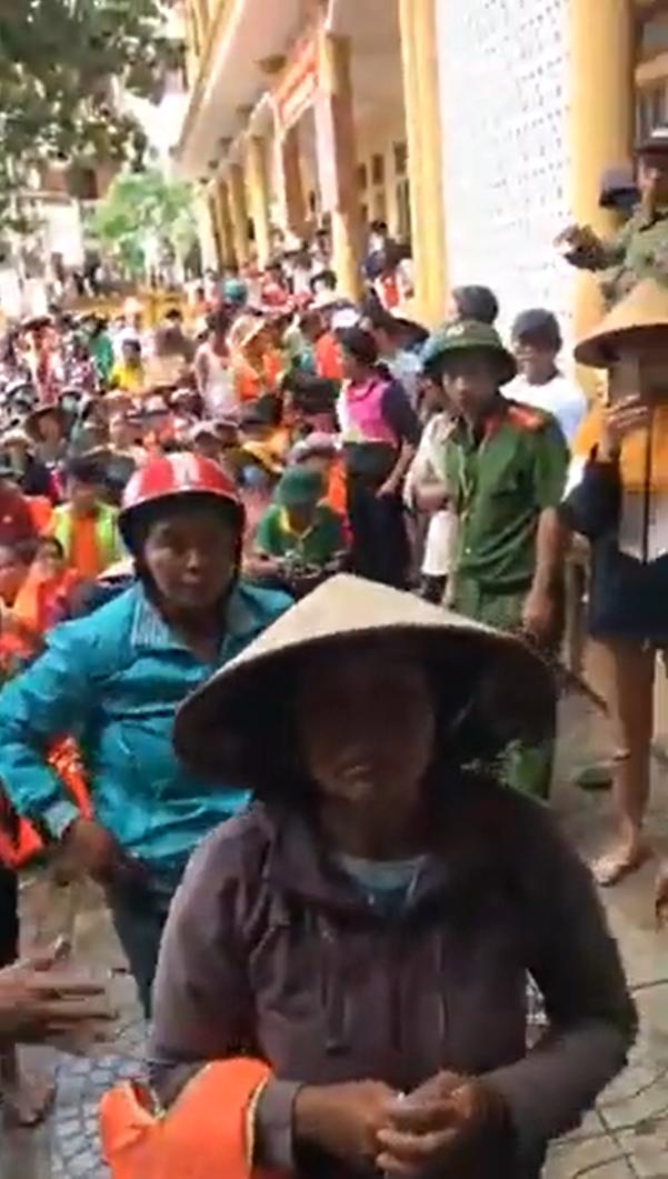 Thủy Tiên gắt với Công Vinh để cho thêm tiền người dân ngập lụt - Ảnh 3.