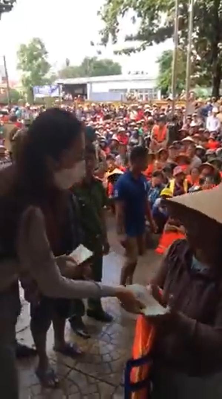 Thủy Tiên gắt với Công Vinh để cho thêm tiền người dân ngập lụt - Ảnh 4.