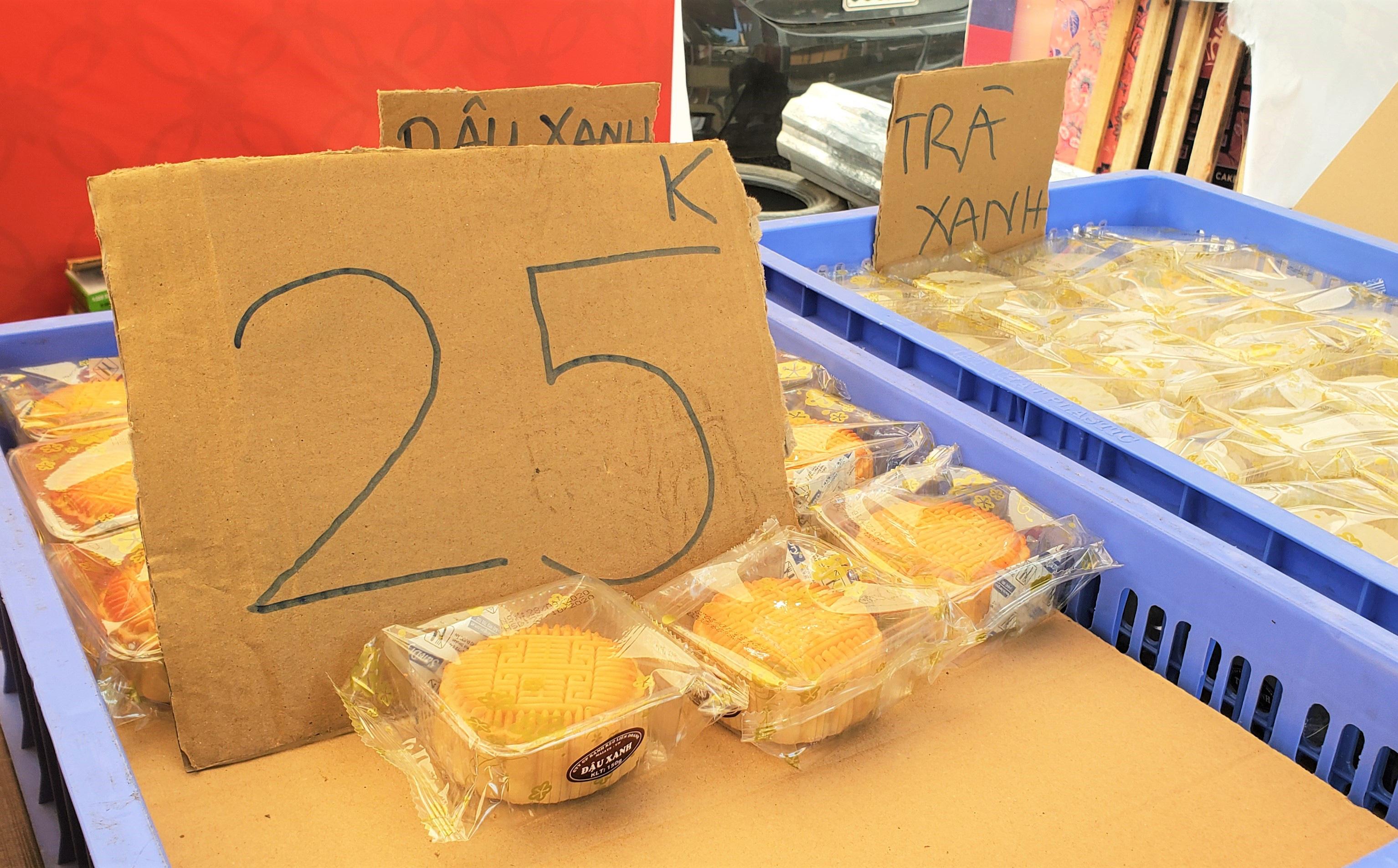 """Bánh Trung thu """"cao cấp"""" xả hàng giảm 50%, đồng giá 25.000 đồng/chiếc bên lề đường"""