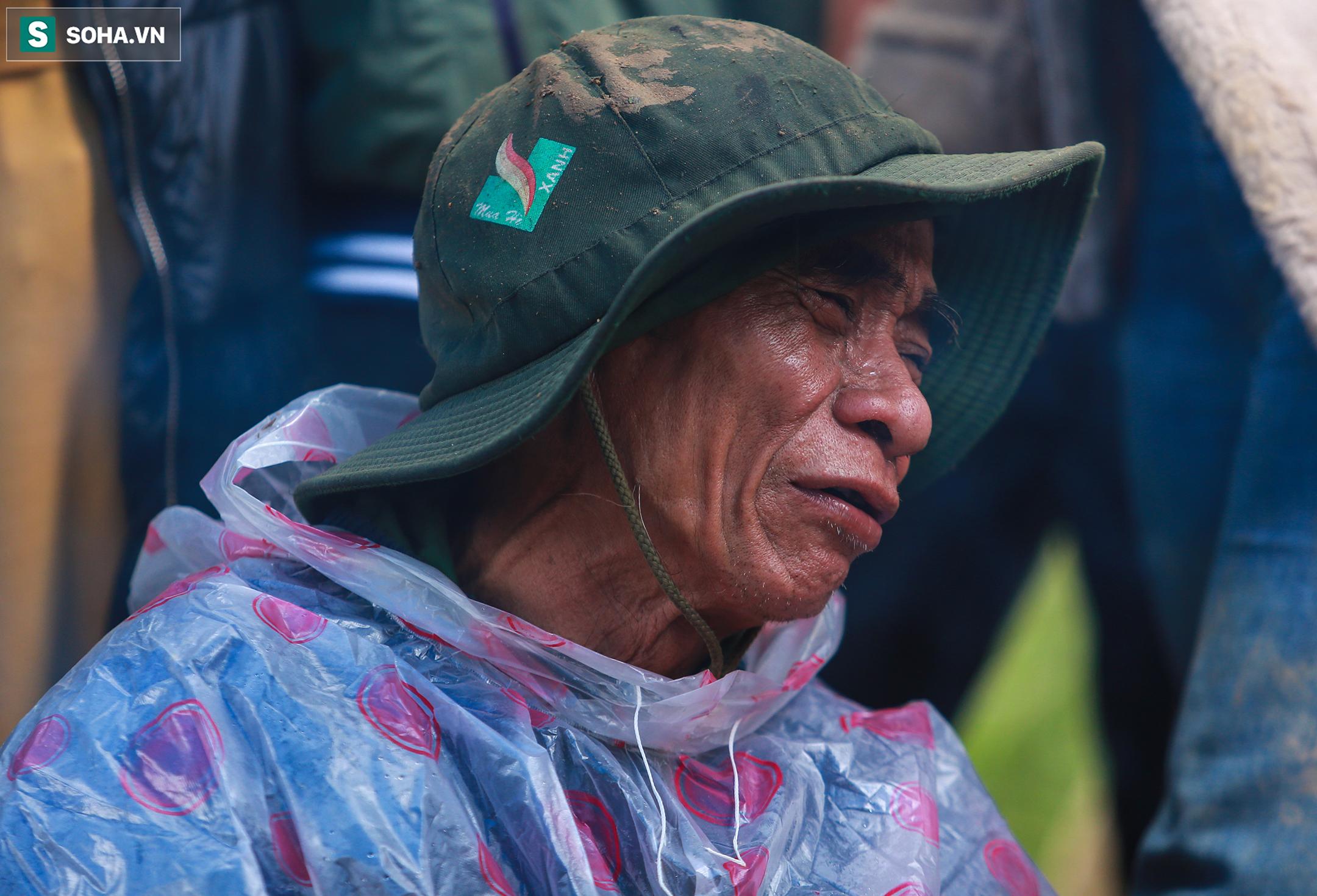 [Ảnh] Dân làng khóc nghẹn khi tìm thấy bé trai 10 tháng tuổi dưới lớp bùn đất vụ sạt lở ở Trà Leng - Ảnh 15.