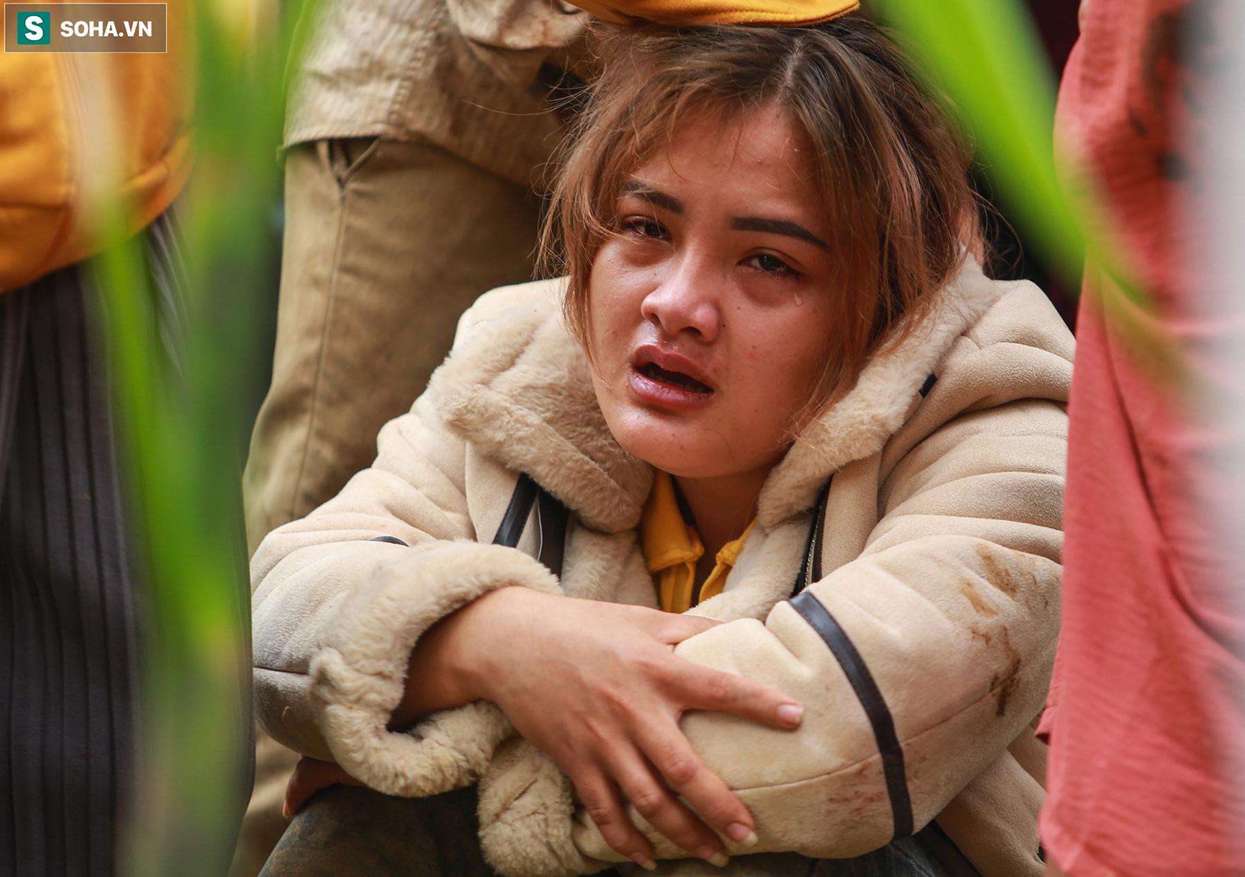 [Ảnh] Dân làng khóc nghẹn khi tìm thấy bé trai 10 tháng tuổi dưới lớp bùn đất vụ sạt lở ở Trà Leng - Ảnh 10.